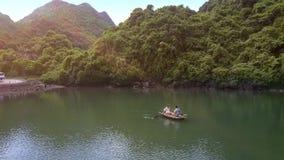 O zangão remove da navigação do homem no barco com a menina na baía Ha por muito tempo vídeos de arquivo