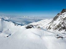 O zangão superior da gôndola disparou do recurso do inverno com área da avalancha Fotografia de Stock