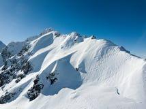 O zangão superior da gôndola disparou do recurso do inverno com área da avalancha Fotos de Stock Royalty Free