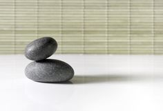 O zen apedreja à esquerda fotografia de stock