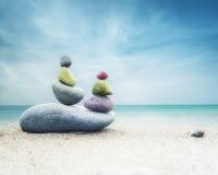 O zen de equilíbrio apedreja a pirâmide na areia Foto de Stock
