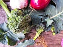 O zinnia bonito da foto do vintage florescem e a couve dos brócolis em um fundo de madeira Vista superior Imagens de Stock Royalty Free