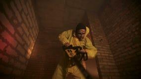 O zombi cortou acima a vítima vídeos de arquivo