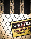O zombi dos caminhantes entra em seu próprio sinal de aviso do risco Fotografia de Stock