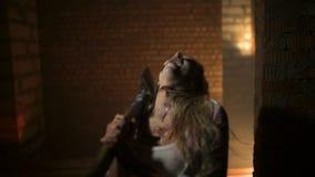 O zombi vai à câmera vídeos de arquivo