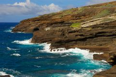Oahu Cliffs with foamy waves Royalty Free Stock Photos