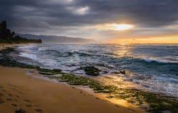 Oahu, Hawaii - playa de la tortuga en la puesta del sol fotos de archivo libres de regalías