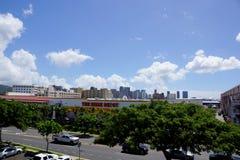 Oahu Home Depot in der Stadt mit Stadtzentrum im Abstand Lizenzfreie Stockfotos