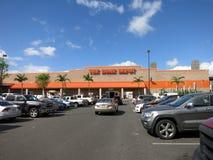 Oahu Home Depot parkeringsplats som fylls med bilar Royaltyfria Bilder