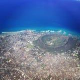 Oahu-Strände vom Flugzeug-Fenster auf Sunny Day mit Krater Stockfotos