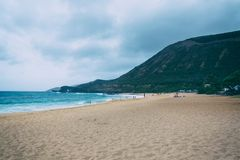 Oahu strand med stora v?gor och m?nga personer p? sand royaltyfria bilder