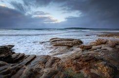 Oak Park, Cronulla an einem regnerischen Tag mit choppyn Meeren Lizenzfreies Stockfoto