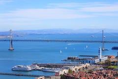 Oakland-Bucht-Brücke in San Francisco und Hafen ragen hoch Stockfotografie