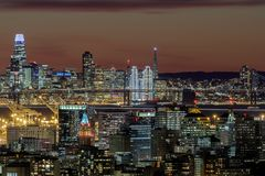 Oakland en San Francisco Twilight Skylines Illuminated met Vakantielichten royalty-vrije stock foto