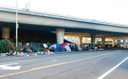 Oakland hemlöst läger under motorvägen arkivfoton