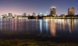 Oakland Kalifornia nocnego nieba miasta Linia horyzontu W centrum jezioro Merritt fotografia royalty free