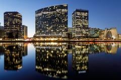 Oakland-Skylinepanoramablick mit See Merritt Reflections an den blauen Stunden lizenzfreies stockbild