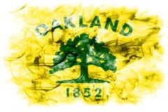 Oakland-Stadtrauchflagge, Staat California, Vereinigte Staaten von Amer Lizenzfreie Stockbilder