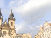 oap gulgocze unosić się w powietrzu w Praga na gorącym słonecznym dniu Ol Fotografia Stock