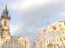 oap gulgocze unosić się w powietrzu w Praga na gorącym słonecznym dniu Ol Zdjęcia Royalty Free