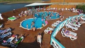 Oasen-Becken im Dorf von Golubitskaya, Krasnodar-Gebiet Leute sind im Pool entspannend Swimmingpool für Erwachsene und Chi stock footage