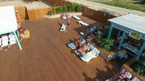 Oasen-Becken im Dorf von Golubitskaya, Krasnodar-Gebiet Leute sind im Pool entspannend Swimmingpool für Erwachsene und Chi stock video