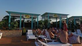 Oasen-Becken im Dorf von Golubitskaya, Krasnodar-Gebiet Leute sind im Pool entspannend Swimmingpool für Erwachsene und Chi stock video footage