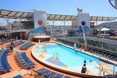Oasis a bordo de la cubierta de la piscina de los mares Imágenes de archivo libres de regalías