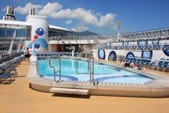 Oasis a bordo de la cubierta de la piscina de los mares Imagenes de archivo