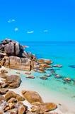 Oastal峭壁和酸值的Samui,泰国天蓝色的海运 库存照片