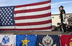 Oathkeepers Bauteil begrüßt die Flagge. Stockbilder