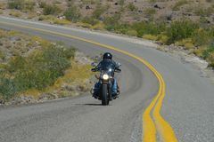 Oatman,亚利桑那,美国, 2017年4月18日:骑自行车的人骑马路线66 免版税库存图片