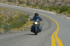Oatman,亚利桑那,美国, 2017年4月18日:骑自行车的人骑马路线66 库存照片