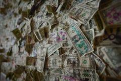 Oatman, Аризона, США, 18-ое апреля 2017: Доллары на стене паба Oatman Стоковое фото RF
