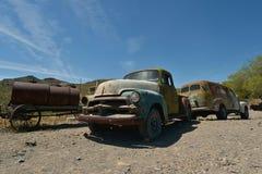 Oatman Arizona, USA, April 18, 2017: Övergav bilar på Oatman Arkivfoto