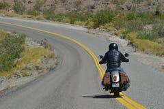 Oatman Arizona, USA, April 18, 2017: Cyklist som rider Route 66 Fotografering för Bildbyråer