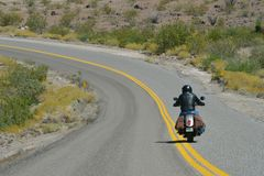 Oatman Arizona, USA, April 18, 2017: Cyklist som rider Route 66 Royaltyfria Bilder