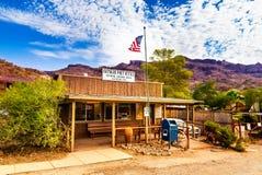 Oatman historisk USA stolpe - kontor i Arizona, Förenta staterna Den färgrika bilden visar stolpen - kontoret som lokaliseras på  Royaltyfria Foton