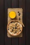 Oatmeal δημητριακά προγευμάτων με τα βακκίνια και το γάλα Στοκ Εικόνα