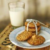 Oatmeal και μπανανών μπισκότα με το ποτήρι του γάλακτος Στοκ εικόνα με δικαίωμα ελεύθερης χρήσης