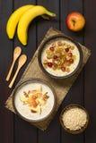 Oatmeal κουάκερ με τα φρούτα και τα ξύλα καρυδιάς Στοκ Φωτογραφία