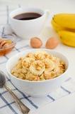 Oatmeal κουάκερ με την μπανάνα, το μέλι και τα ξύλα καρυδιάς Στοκ φωτογραφία με δικαίωμα ελεύθερης χρήσης