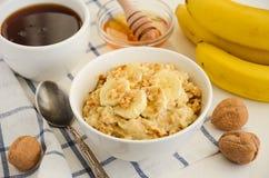 Oatmeal κουάκερ με την μπανάνα, το μέλι και τα ξύλα καρυδιάς Στοκ φωτογραφίες με δικαίωμα ελεύθερης χρήσης