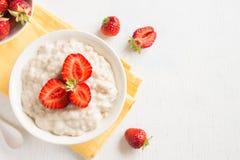 Oatmeal κουάκερ με τις φράουλες στοκ εικόνες με δικαίωμα ελεύθερης χρήσης