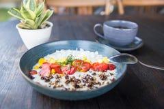 Oatmeal κουάκερ με το granolla και φράουλες στο φωτεινό ξύλινο πίνακα στοκ φωτογραφία με δικαίωμα ελεύθερης χρήσης