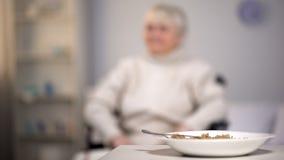 Oatmeal κουάκερ στο άσπρο πιάτο στον πίνακα, διατροφή ιδιωτικών κλινικών, πρόγευμα στοκ φωτογραφία με δικαίωμα ελεύθερης χρήσης