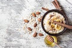 Oatmeal κουάκερ στο κεραμικό κύπελλο πρόγευμα υγιές Στοκ Εικόνες