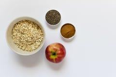 Oatmeal, κόκκινο μήλο, κανέλα, σπόροι chia στοκ εικόνες