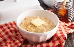 Oatmeal με βουτύρου και γλυκαμένος με το μέλι στοκ εικόνα με δικαίωμα ελεύθερης χρήσης