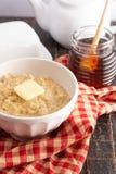 Oatmeal με βουτύρου και γλυκαμένος με το μέλι στοκ εικόνα